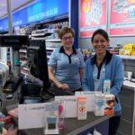 Anne Grethe og Eva Randi hos Apotek1 Gran, hjelper deg gjerne med å finne frem til de riktige produktene for behandling av lus
